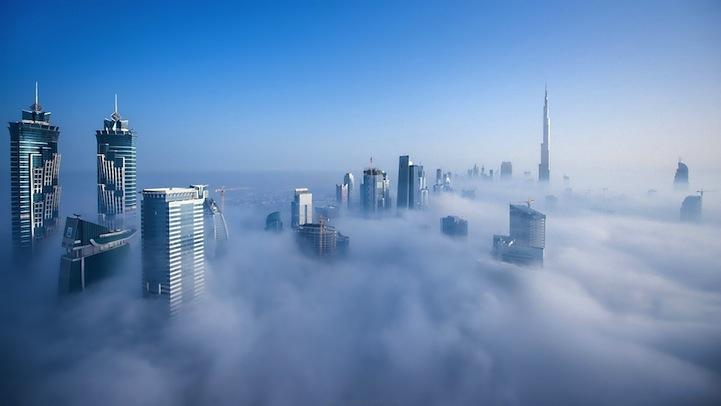 Густой туман в городе над облаками