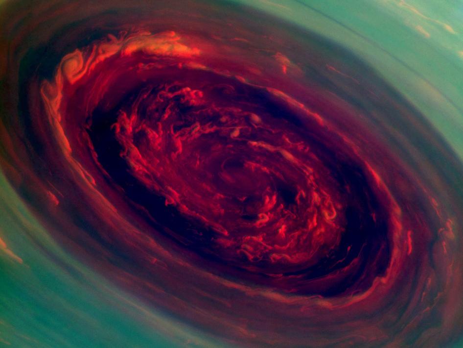 Полярная буря на Сатурне / Фото дня