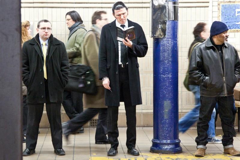 Читающие в нью-йоркском метро