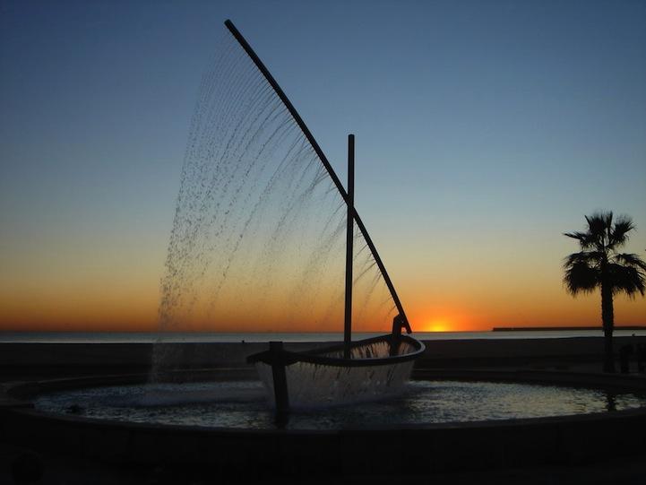 Эффектный фонтан-лодка Фуэнте-дель-Барко-де-Агуа