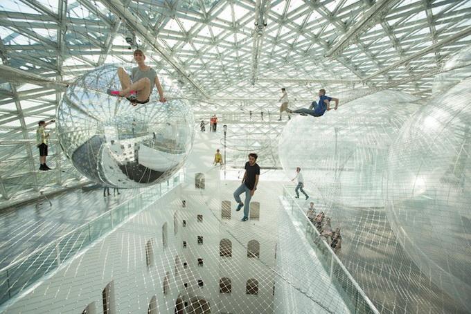 «На орбите» — грациозная инсталляция Томаса Саранцено