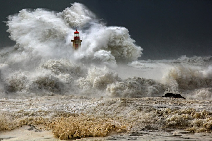 Огромные волны у берегов Португалии