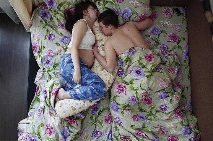 Будущие родители, вид сверху, спят