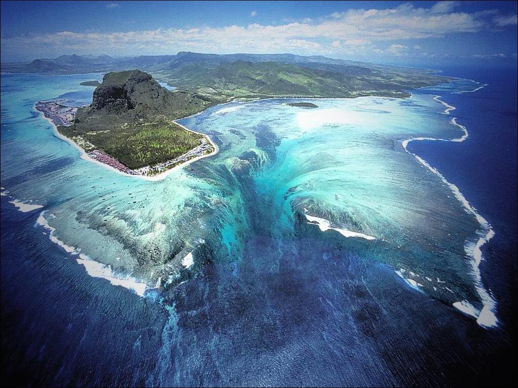 Фото дня: Подводный водопад