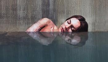 Женские портреты над водой