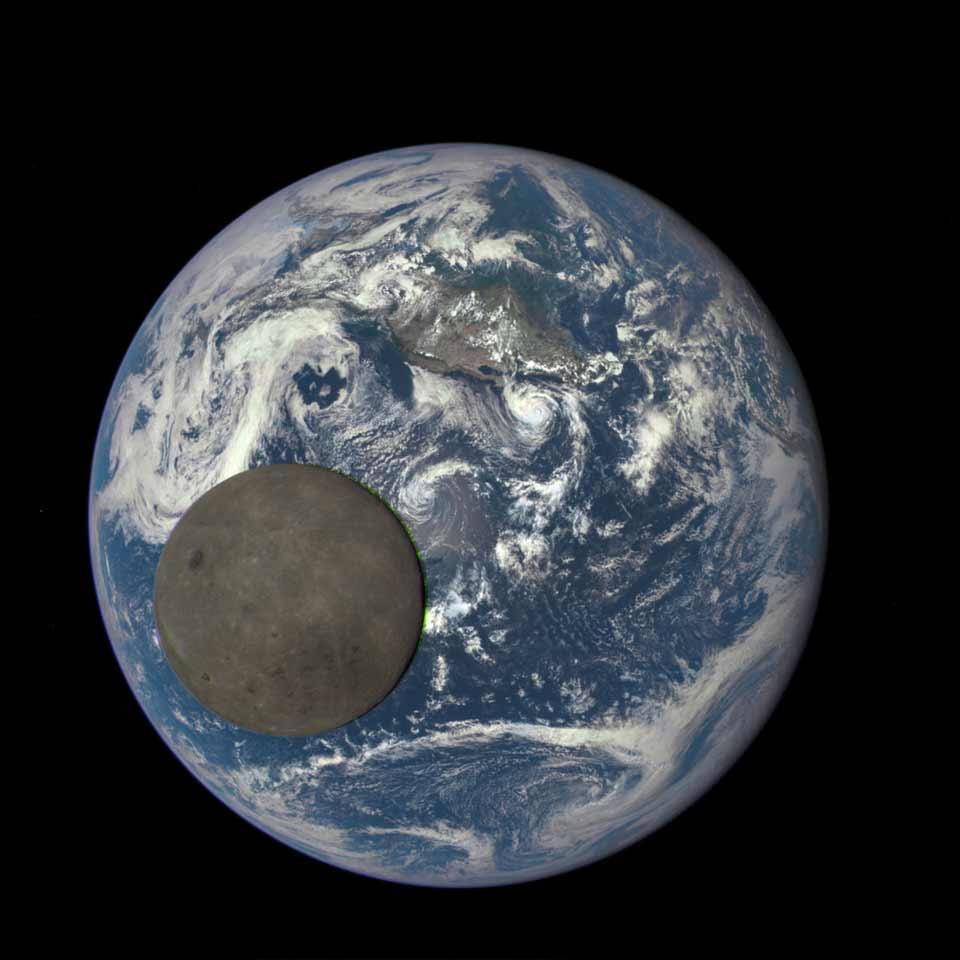 Обратная сторона Луны на фоне Земли